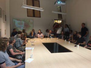 Stoelen tekort op bewonersbijeenkomst sjoemelwoningen in Utrecht